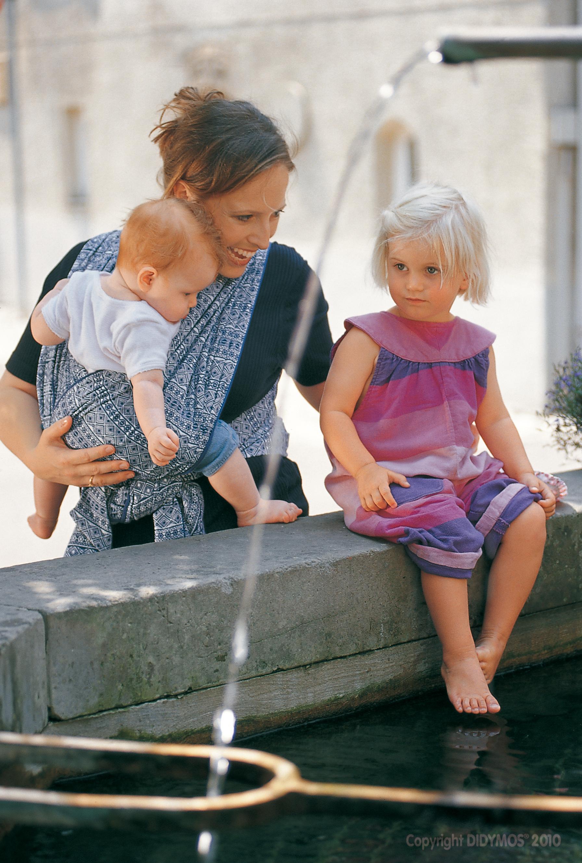 Mutter mit Kind im Tragetuch